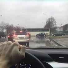 """Jonavos gatvėje eismą paralyžiavo autobuso ir """"Toyota"""" avarija"""