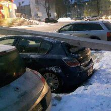 Petrašiūnuose – avarija: rėžėsi į stulpą, o šis užvirto ant kitos mašinos