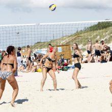 Linksmybės Smiltynėje – nuo dartbolo iki karštų tinklininkių