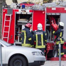 Neblaivų vairuotoją ugniagesiai traukė per bagažinę