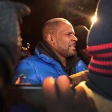 Nepilnamečių lytiniu išnaudojimu apkaltintas dainininkas R. Kelly pasidavė policijai
