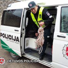 Neįprasta misija: policininkams teko traukti vyrą iš šulinio