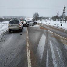 Vilniaus rajone susidūrė trys mašinos, nukentėjo keleivė