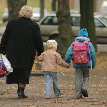 Vaiko priežiūros atostogų galės eiti ir seneliai