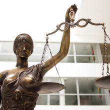 Viešoje vietoje čiurkšlę paleidusi prokurorė gavo 140 eurų baudą