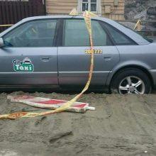Kauniečiai leipsta iš juoko: betono duobėje paskendo taksi