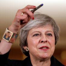 Britanijos premjerė užsipuolė ją nuversti mėginančius bendrapartiečius