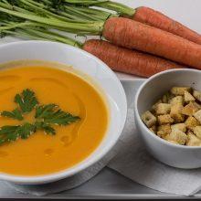 Šaltoms dienoms – kreminė morkų sriuba su keptomis cikorijomis