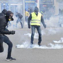 """Paryžiuje per """"geltonųjų liemenių"""" susirėmimą su policija sužeistas vyras"""
