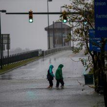 """Priartėjus uraganui """"Florence"""" JAV pakrantę talžo vėjas ir liūtys"""