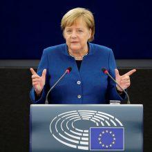 """A. Merkel ragina kurti """"realią, tikrą"""" Europos armiją"""