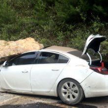 Vokietijos greitkelyje į automobilį sviedė didžiulį akmenį