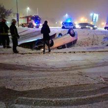 Po avarijos automobilis liko gulėti ant stogo