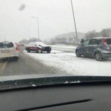 Chaosas miesto keliuose: įvyko dešimtys eismo nelaimių, yra sužalotųjų