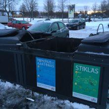 Gaisras privertė susimąstyti: ar saugu laikyti mašinas prie požeminių konteinerių?