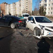 """Šilainiuose gatvės nepasidalijo BMW ir """"Nissan"""", yra nukentėjusiųjų"""