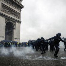 """Prancūzijoje per """"geltonųjų liemenių"""" manifestacijas nukentėjo per 20 žmonių"""