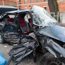 Ugniagesiai įspėja, kaip negalima elgtis įvykus sunkiai eismo nelaimei