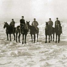 Pajūris: tiek sniego buvo Melnragėje 1921-ųjų žiemą, kairiajame kampe matyti šiaurinio molo švyturys, centre – prancūzų bataliono karininkai.