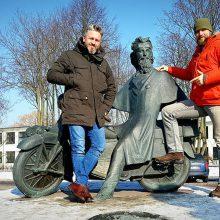 Startas: R.Bružas <span style=color:red;>(kairėje)</span> ir A.Mockus savo kelionę į Indiją ketina pradėti nuo A.Poškai skirto paminklo Klaipėdoje.