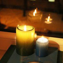 Klaipėdos mokyklų languose sužibo laisvės gynėjams skirtos žvakės
