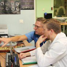 Širdies ir kraujagyslių radiologijos skyriaus gydytojas Romualdas Mačiūnas ir konsultantas, Szeged'o universiteto dr. Imre Ungi kartu ieško racionaliausių pagalbos būdų pacientui.