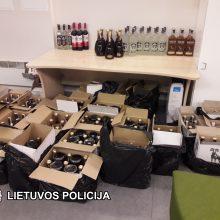 Viename sostinės butų rasta kontrabandinių rūkalų ir alkoholio