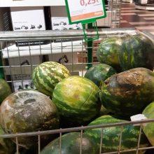 """""""Norfa"""" supuvusius arbūzus pardavinėja, gerus dalina"""