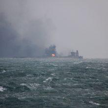 Gaisras tanklaivyje: Kinija stengiasi užkirsti kelią ekologinei katastrofai