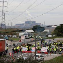 """Prancūzijoje tęsiasi """"geltonųjų liemenių"""" protestai dėl brangių degalų"""