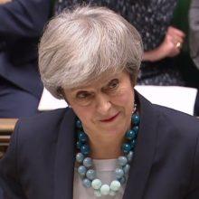 """Britų premjerė atidėjo balsavimą dėl """"Brexit"""" susitarimo"""
