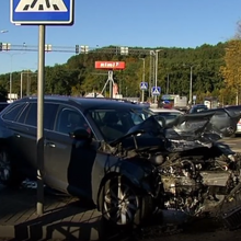 Avarija Vilniuje: vienas automobilis skriejo šaligatviu keliolika metrų