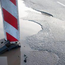 Duobės keliuose: fizikos dėsnių nulemtas galvos skausmas vairuotojams