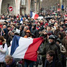 """Paryžiuje demonstraciją surengė """"raudonieji šalikai"""""""