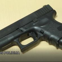 Buvęs pareigūnas įtariamas neteisėtai perdavęs savo ginklus