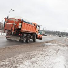 Perspėja vairuotojus: keliuose yra slidžių ruožų