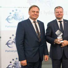 """Verslo bendruomenė premjerui įteikė """"Partnerystės lyderio"""" apdovanojimą"""