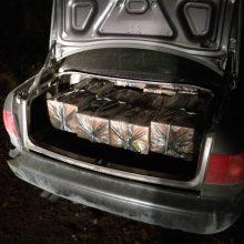 Šalčininkų rajone kontrabandininkai paliko rūkalų prikimštą automobilį