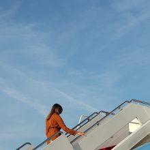 JAV pirmosios ponios lėktuvas dėl salone pasirodžiusių dūmų sugrįžo į karinę bazę