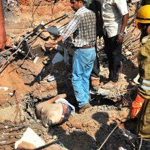 Šiaurės Indijoje sugriuvus pastatui žuvo 13 žmonių