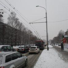 Eismo sąlygos sudėtingos: naktį daug kur snigs, susidarys plikledis