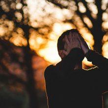 Kodėl žmonės vis atranda dėl ko nerimauti, nors gyventi darosi tik geriau