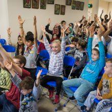 Rukloje gyvenantiems pabėgėliams – ir iliuzionisto triukai, ir tautiniai šokiai