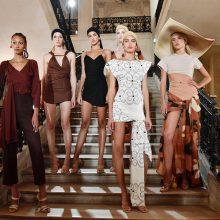 Paryžiuje prasidėjusioje mados savaitėje akį traukia ir rūbų modeliai, ir manekenės