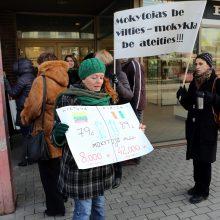 Tėvas: vaikai trečia savaitė be pamokų, bet streikuokit, mokytojai
