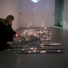 Menininkės P. Gilytės paroda – žvakių šviesoje