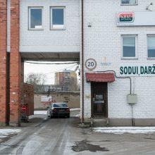 Nesutvarko: vartai į garažų masyvą jau seniai neveikia.