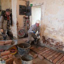 Finalas: bažnyčios viduje kasinėjimai baigti – darbininkai čia jau kloja grindis.