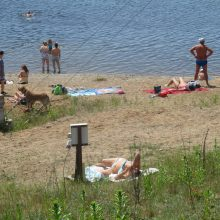 Poilsiautojų Lampėdžio ežero paplūdimyje – tarsi pajūryje