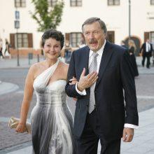 Byra milijonieriaus S. Brundzos santuoka